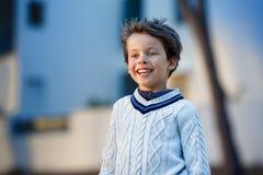 Podziwiający chłopiec śmia się outdoors Zdjęcie Stock