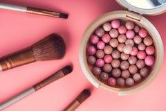 Poederballen en kosmetische borstel stock foto