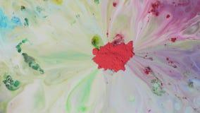 Poederverf met gekleurde vlekken op water Gekleurd poeder met chemische multicolored oplossingenbeweging op oppervlakte van vloei stock video