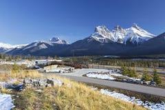 Poemakreek en Drie Zustersberg Piekcanmore Alberta Springtime Canadian Rockies royalty-vrije stock fotografie