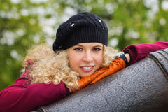 Poertrait des gelockten blonden Mädchens Lizenzfreie Stockbilder