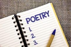 Poesi för ordhandstiltext Affärsidé för uttryck för litterärt arbete av känslaidéer med rytmdikter som skriver pennan för bollpun Royaltyfria Bilder