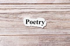 Poesie des Wortes auf Papier Konzept Wörter von Poesie auf einem hölzernen Hintergrund Stockbild