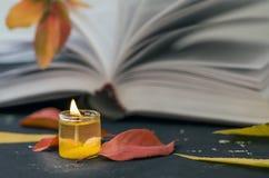 Poesiebuch mit Kerze stockfotografie