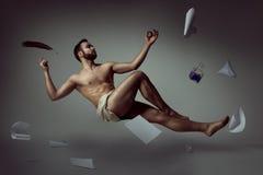 Poeta hermoso del hombre que eleva y mantiene flotando con sus cosas literarias fotografía de archivo libre de regalías