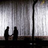 Poetischer Wasserfall in Midtown Manhattan - Paley-Park lizenzfreie stockfotografie