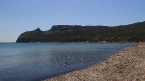 Poetto海滩和`恶魔马鞍` 库存照片