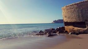 Poetto海滩观看的Sella del Diavolo海角,卡利亚里,意大利 免版税库存图片
