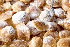 poffertjes顶上的看法用搽粉的软的糖 免版税库存照片