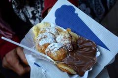 Poffertjes - spécialité de crêpe des Pays-Bas avec de la crème de chocolat Photo stock