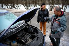 Poging om de motor van de auto met gezaaide batterijusi te beginnen Royalty-vrije Stock Afbeelding
