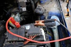 Poging om de motor van de auto met gezaaide batterijusi te beginnen Stock Fotografie
