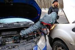 Poging om de motor van de auto met gezaaide batterijusi te beginnen Stock Foto's