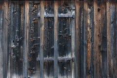 Pogoda będący ubranym drewniany drzwi na drewnianym panelu budynku Obrazy Stock