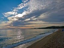 Pogoda rozjaśnia i słońce jest nadchodzący przy plażą w Sithonia out Obrazy Royalty Free