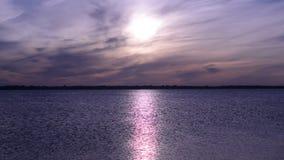 Pogodna ścieżka na wodzie od powstającego słońca zdjęcie wideo