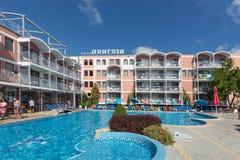 POGODNA plaża BUŁGARIA, Wrzesień, - 9, 2017: hotelowy Longoza z pływackim basenem na miejscu i wygodni pokoje, Obrazy Royalty Free