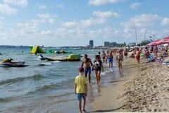 POGODNA plaża BUŁGARIA, Wrzesień, - 8, 2017: Popularny lato kurort blisko Burgas, Bułgaria - widok plaża w lecie Zdjęcia Stock