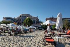 POGODNA plaża BUŁGARIA, Wrzesień, - 8, 2017: Popularny lato kurort blisko Burgas, Bułgaria - widok plaża w lecie, blisko hotelu F Zdjęcia Royalty Free