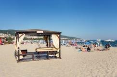 POGODNA plaża BUŁGARIA, Wrzesień, - 8, 2017: Popularny lato kurort blisko Burgas, Bułgaria - widok plaża w lecie Masażu łóżko Obrazy Royalty Free