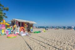 POGODNA plaża BUŁGARIA, Wrzesień, - 8, 2017: Popularny lato kurort blisko Burgas, Bułgaria - widok plaża w lecie Plażowy sklep f Obrazy Stock