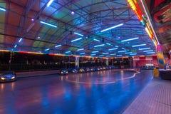 POGODNA plaża BUŁGARIA, Wrzesień, - 10, 2017: Przyciąganie w parku Jaskrawi paski dodgem Elektryczny rekordowy samochód w ruchu p Obrazy Stock