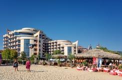POGODNA plaża BUŁGARIA, Wrzesień, - 8, 2017: Ucieka się Pogodnego Plażowego Bułgaria widok plaża w lecie Widok Hotelowy Festa M Zdjęcia Stock