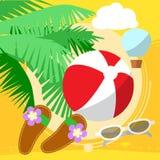 Pogodna plaża morzem z drzewkami palmowymi, bawić się piłkę Zdjęcie Royalty Free