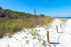 Pogodna plaża z latarnią morską przy Floryda sanibal wyspą Zdjęcia Stock