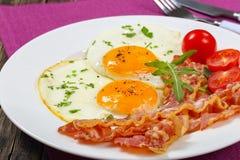 Pogodna strona W górę jajek z crispy bekonem Fotografia Royalty Free