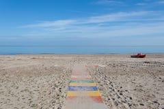 Pogodnego lata pokojowy seascape, śmieszny wakacje w śródziemnomorskiej plaży przy morzem albaadriatica Teramo Abruzzo Włochy Obrazy Royalty Free