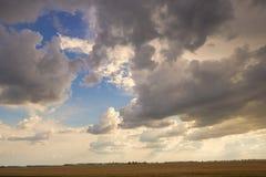 Pogodnego nieba abstrakcjonistyczny tło, piękny cloudscape na niebie, widok nad białymi puszystymi chmurami, wolności pojęcie Fotografia Stock
