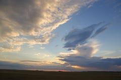 Pogodnego nieba abstrakcjonistyczny tło, piękny cloudscape na niebie, widok nad białymi puszystymi chmurami, wolności pojęcie Obrazy Stock