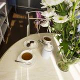 Pogodny żywy pokój z dużym bukietem na round stole, wnętrze w Provence stylu Zdjęcie Stock