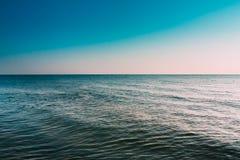 Pogodny błękita jasnego niebo Nad spokój wodą morze Lub ocean naturalny seascape obraz stock