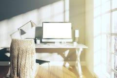 Pogodny biały pokój z pustego ekranu monitorem komputer Obrazy Royalty Free