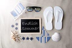 Pogodny Blackboard Na piasku, Endlich Sommer Znaczy Szczęśliwego lato Fotografia Stock