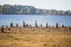 Pogodny brzeg rzeki krajobraz wysuszony rzeczny łóżko i skały Kamienne równoważenie budowy blisko rzeki Obraz Royalty Free