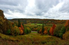 Pogodny jesień krajobraz w Sigulda, Latvia obrazy royalty free