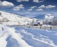 Pogodny krajobraz w górskiej wiosce. Obrazy Royalty Free