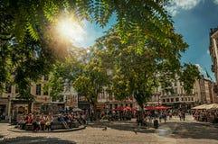Pogodny kwadrat z ludźmi opowiada na społeczeństwo kamienia siedzeniach w Bruksela Obrazy Royalty Free