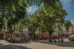 Pogodny kwadrat z ludźmi opowiada na społeczeństwo kamienia siedzeniach w Bruksela Obrazy Stock