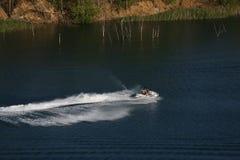 Pogodny letni dzień jedzie hulajnogę na jeziorze, mężczyzna obrazy stock