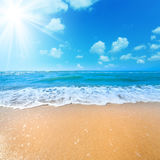 Pogodny letni dzień na Dennej plaży Fotografia Royalty Free