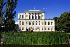 Pogodny letni dzień w centrum Praga z Zofin pałac obraz stock