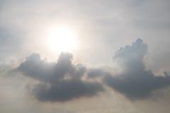 Pogodny nieba tło z chmurami Obrazy Royalty Free