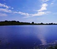 Pogodny niebo i jezioro fotografia royalty free
