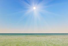 Pogodny niebo przeciw tłu morze Obrazy Royalty Free