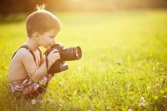 Pogodny portret dziecko z kamerą Fotografia Stock