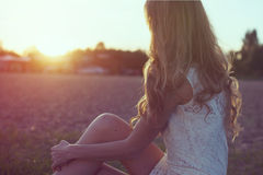 Pogodny portret piękna młoda romantyczna kobieta zdjęcie royalty free